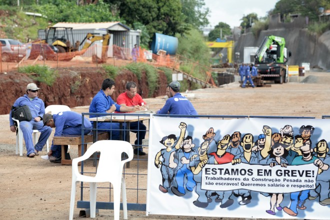 Funcionários que trabalham no rebaixamento da Linha Férrea não tem previsão para retomar as atividades | Ivan Amorin - Gazeta do Povo