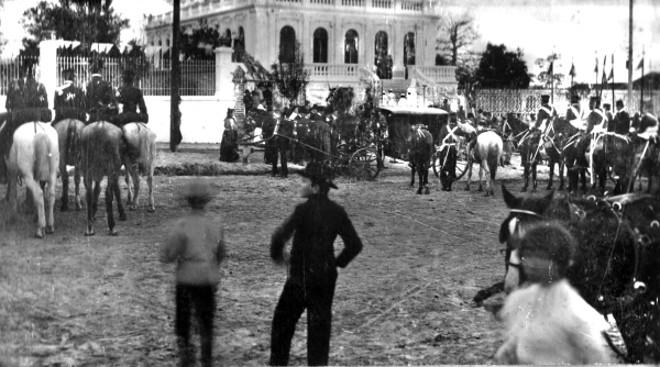 Movimento de público e tropa na frente do palacete da família Leão por ocasião da visita do presidente Afonso Penna a Curitiba, em 1906 | Acervo Cid Destefani