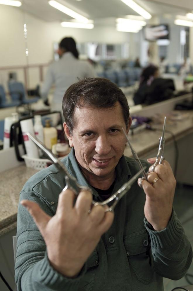 Sandoval Tibúrcio, cabeleireiro: na área dele, autônomos ganham mais que registrados   Marcelo Andrade/Gazeta do Povo