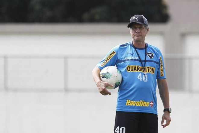 O técnico Oswaldo de Oliveira pretende escalar um trio de zagueiros diante do Palmeiras | Wagner Meier / Agif