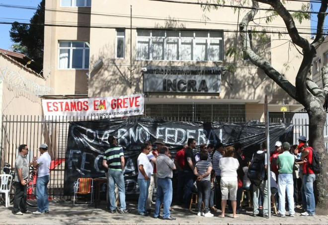 Manifestantes fecharam o acesso ao prédio com uma lona | Aniele Nascimento/Agência de Notícias Gazeta do Povo