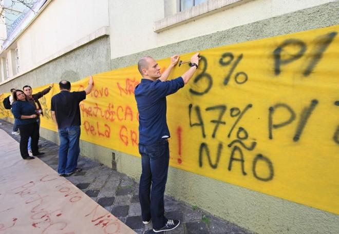 """Professores e técnico-administrativos da UTFPR """"enfaixaram"""" ontem o câmpus de Curitiba   Aniele Nascimento/Gazeta do Povo"""