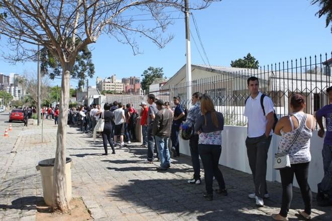 Fila para compra de ingressos no novo Espaço Sócio Furacão   Antonio More / Gazeta do Povo