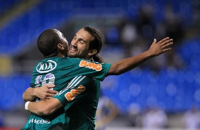Barcos e Patrik comemoram o gol do Palmeiras no Engenhão | EFE