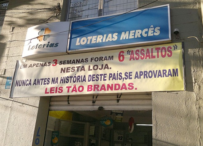 Casa lotérica faz faixa em protesto a assaltos frequentes   Patricia Pereira / Agência de Notícias Gazeta do Povo