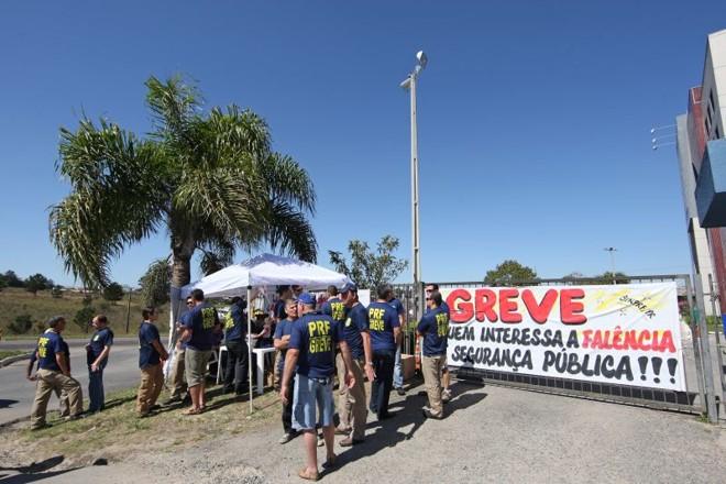 Policiais rodoviários federais fizeram panfletagem em frente à sede da corporação, na BR-476, em Curitiba | Antonio More/Gazeta do Povo