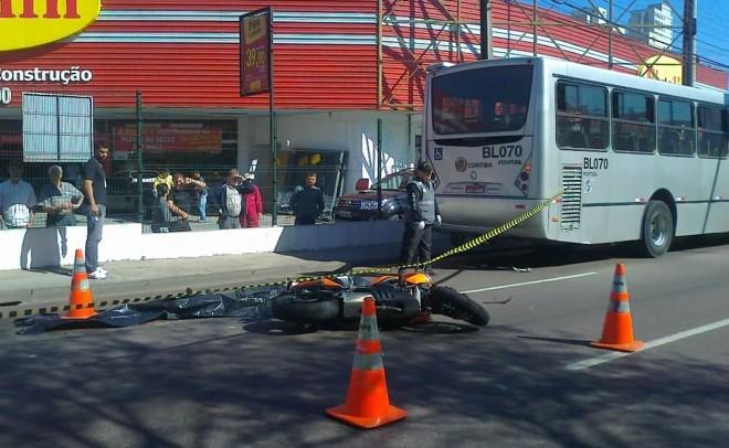 Motoqueiro foi atingido pela roda do Ligeirinho | Aniele Nascimento/Agência de Notícias Gazeta do Povo