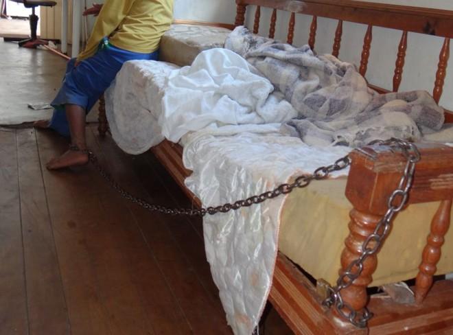 Menino era mantido acorrentado à cama para que seus pais pudessem trabalhar | Luiz Guilherme Brandani
