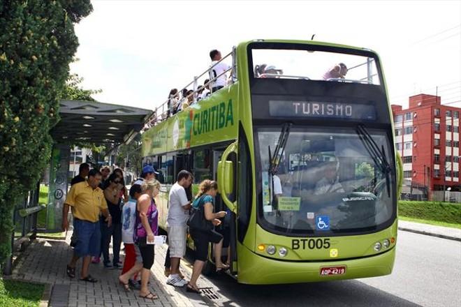Passageiros embarcam na Linha Turismo da capital. | Divulgação/Prefeitura de Curitiba