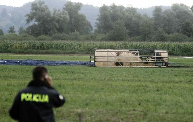 Um policial observa o local da queda do balão que matou ao menos quatro pessoas em Liubliana, capital da Eslovênia | Reuters/Srdjan Zivulovic
