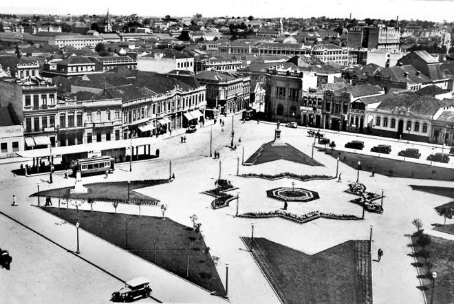 A Praça Tiradentes em 1934, quando sofreu uma reforma, sendo então plantados os ipês que lá estão até hoje | Arquivo CD