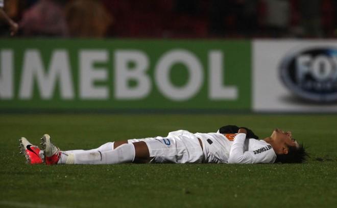 Neymar escorregou e perdeu um pênalti diante da Universidad de Chile | AFP