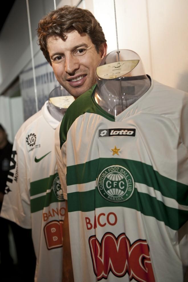 Tcheco com duas versões da camisa coxa que usou: emoção | Marcelo Andrade/ Gazeta do Povo