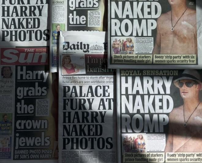 Capa do tabloide The Sun desta sexta-feira (24) estamba foto do príncipe Harry nu | AFP PHOTO / DANIEL SORABJI