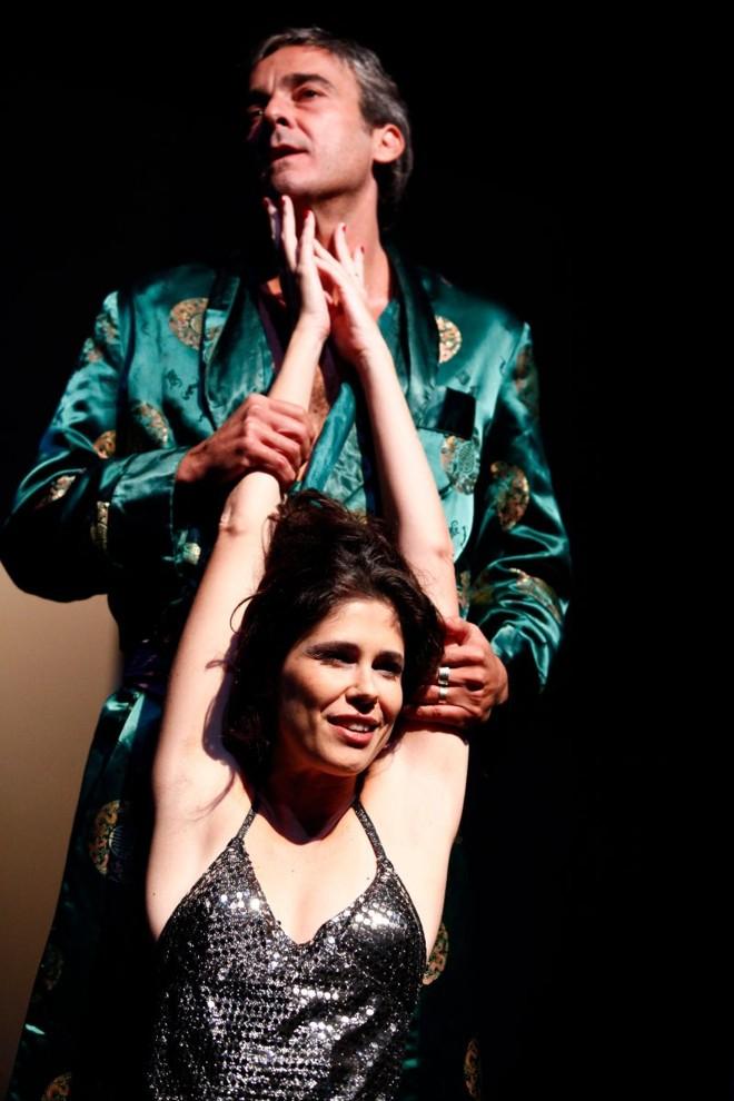 Espetáculo se sustenta em diálogos intensos entre a dupla, que faz um casal que é pura máscara | Marcos Morteira/Divulgação