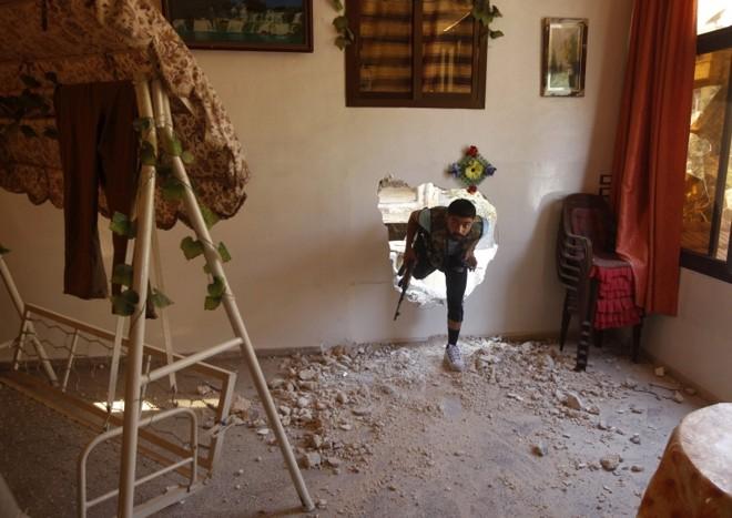 Rebeldes evitam ruas de Aleppo usando buracos em casas   Goran Tomasevic/Reuters