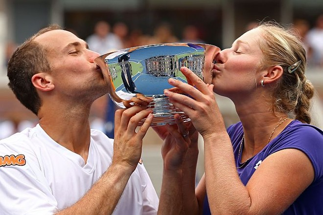 Bruno Soares comemora com a russa Ekaterina Makarova o título da disputa mista do US Open | Reuters