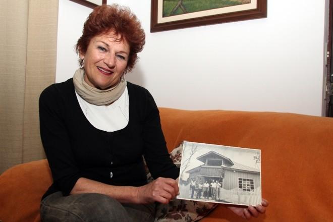 Marli Feeken e uma das fotos do acervo: disposta a falar  