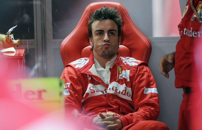 Alonso, que posou ao lado do companheiro com uma réplica feita com Lego, defendeu a permanência de Massa   AFP
