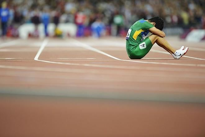 Yohansson Nascimento chora ao cair nos 100 m da categoria T46 na Paralimpíada | AFP