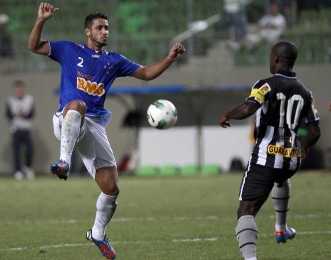 O cruzeirense Léo disputa a jogada com Seedorf, grande destaque da vitória do Botafogo | Washington Alves / Vipcomm