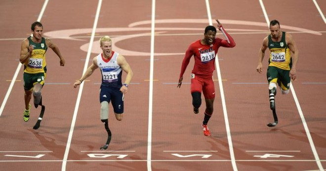Oscar Pistorius (direita) foi apenas o quarto colocado nos 100 m. Prova foi vencida pelo britânico Jonnie Peacock (segundo da esquerda) | Adrian Dennis / AFP