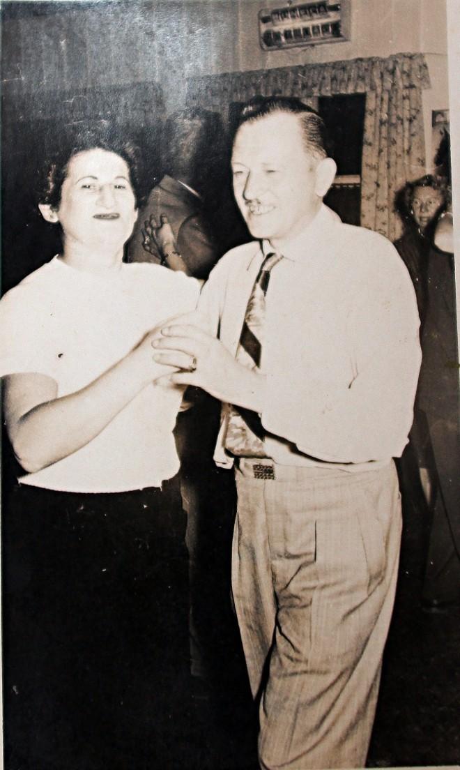 Eva e Harry dançam: ele morreu em 1966 e ele em 1978  
