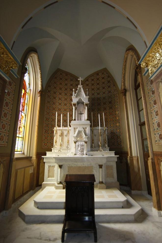As paredes em torno do altar do santíssimo sacramento, do lado esquerdo do altar-mor, foram as que demandaram mais tempo dos restauradores. Para surpresa de operários e membros da Igreja, a pintura que estava debaixo de muitas camadas de tinta era mais bonita do que se imaginava |