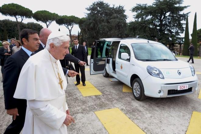 O papa conferiu de perto o presente dado pela montadora francesa | AFP Photo/Osservatore Romano