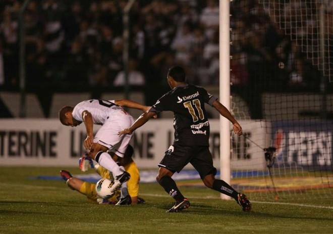 Disputa de bola na área corintiana durante a vitória do Figueirense no Orlando Scarpelli | Flávio Neves / Diário Catarinense