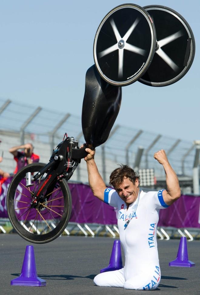 Alessandro Zanardi comemora o ouro erguendo a bicicleta especial em Londres: despedida | Leon Neal/ AFP