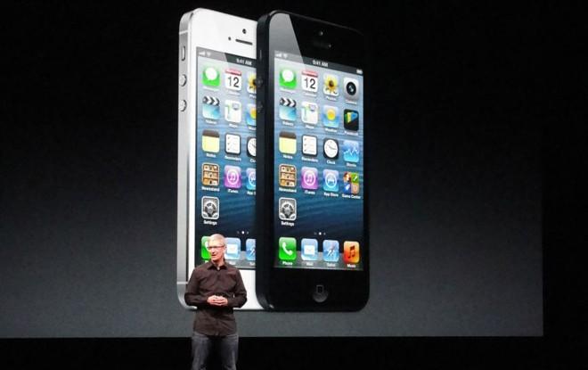 Tim Cook, CEO da Apple, apresenta o novo iPhone 5 em São Francisco, na Califórnia | AFP PHOTO/GLENN CHAPMAN