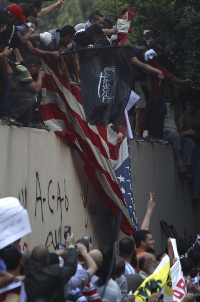 Manifestantes retiram bandeira americana na embaixada dos EUA no Cairo | REUTERS/Amr Abdallah Dalsh