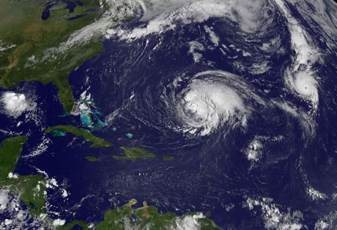Furacão Michael (à dir.) e o furacão Leslie (à esq.) são vistos em foto aérea divulgada pela Nasa   AFP Photo/Divulgação/Nasa