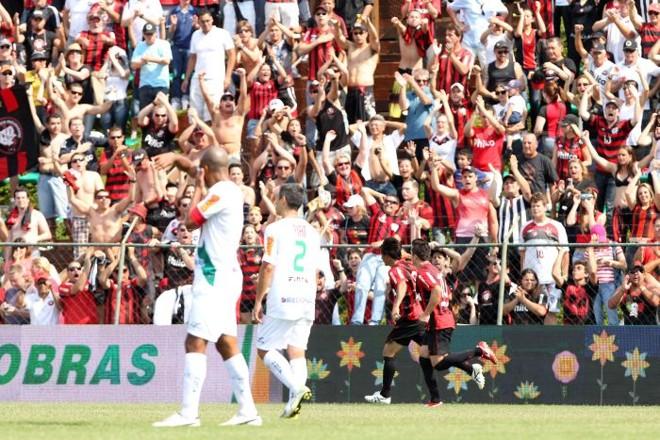 João Paulo e Elias comemoram o segundo gol atleticano, marcado por Marcelo   Antonio More / Gazeta do Povo