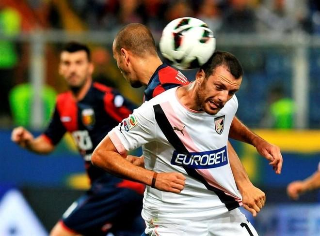 Autor do gol do Palermo, Giorgi tenta controlar a bola com a cabeça em disputa com marcador | Luca Zennaro / EFE