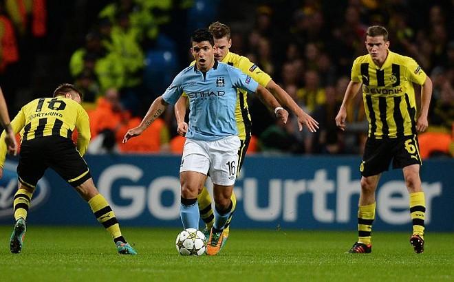 Agüero, do Manchester City, tenta passar pela marcação do Borussia Dortmundo | AFP