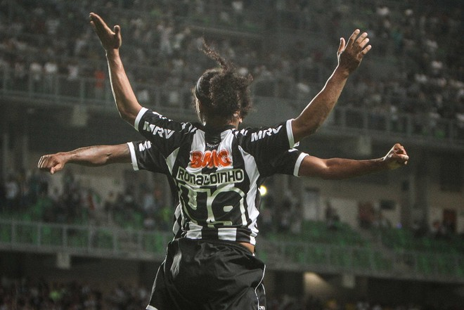 Ronaldinho Gaúcho faz a tradicional comemoração com Jô na goleada do Galo sobre o Figueira   Bruno Cantini / Atlético-MG
