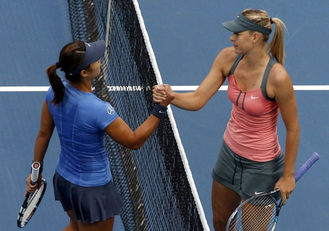 Maria Sharapova (direita) cumprimenta a chinesa Na Li após disputa em Pequim | REUTERS/David Gray