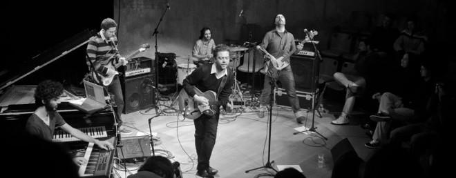 Pélico em show no Teatro Paiol, em julho: paulista fazia cover de Iron Maiden e hoje canta brega pop | Bruno Stock/ Divulgação