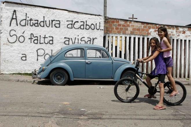 A Vila Nova Costeira, em São José dos Pinhais, é uma ocupação feita há duas décadas: 300 famílias terão de abandonar a boa estrutura local, ruas asfaltadas, energia elétrica e água em todas as casas | Henry Milléo/ Gazeta do Povo