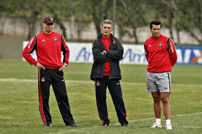 Omar Feitosa, preparador físico do Atlético, e o técnico Ricardo Drubscky: programação alterada para adaptar o time ao novo horário | Antonio More / Gazeta do Povo