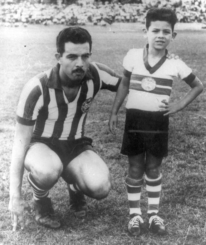 O artilheiro Duílio com o filho | Arquivo Grupo Helênicos