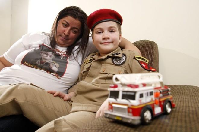 João Bombeirinho, com a mãe, Ana: ele tem leucemia linfoide aguda, doença que afeta as células brancas do sangue | Hugo Harada/ Gazeta do Povo