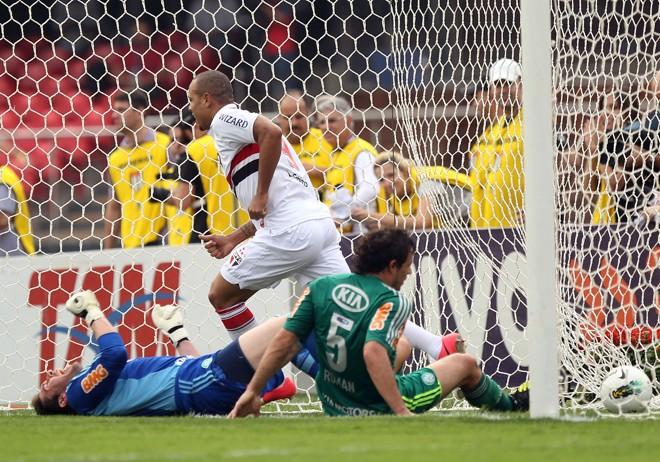 Luis Fabiano corre para comemorar com o goleiro palmeirense Bruno e o zagueiro Roman caídos | Wander Roberto / Vipcomm