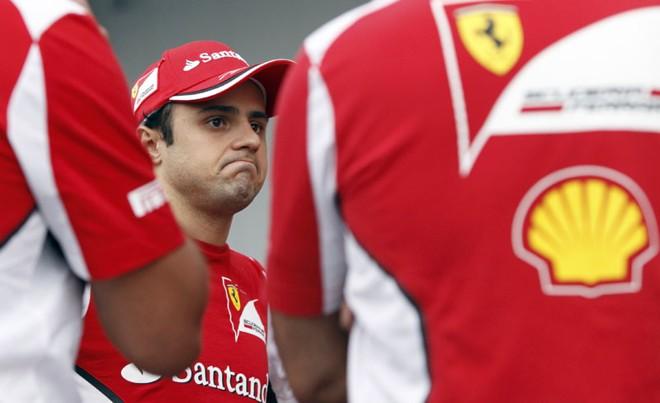 O piloto da Ferrari Felipe Massa conversa com equipe após treino classificatório em que ficou em décimo lugar | REUTERS/Issei Kato