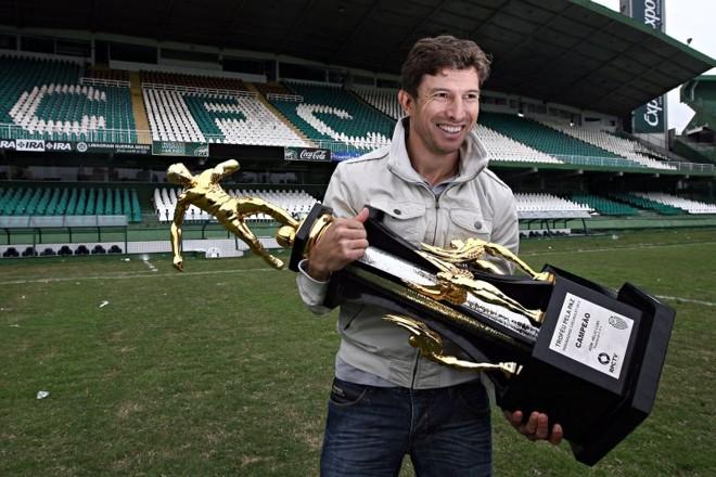 Tcheco com a taça do Paranaense de 2012 | Felipe Rosa / Gazeta do Povo