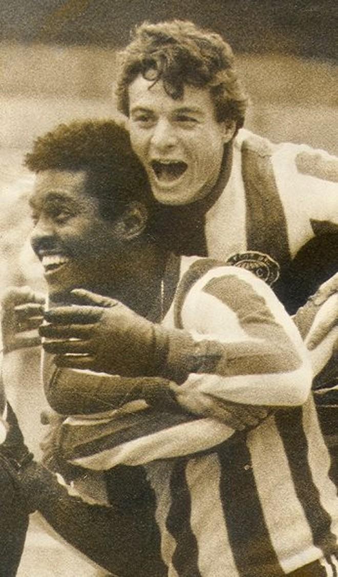 Lela é abraçado duarnte um de seus gols pelo Coxa | Arquivo Grupo Helênicos