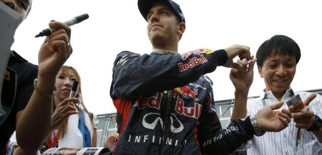 Piloto da Red Bull, Sebastian Vettel, atende fãs após ganhar a pole em treino classificatório no Japão | REUTERS/Issei Kato