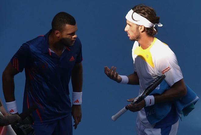 O espanhol Feliciano Lopez (direita) conversa com Jo-Wilfried Tsonga após ter abandonado disputa por causa de lesão   REUTERS/David Gray
